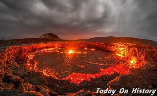 """百年火山湖上演壮观景象 喷射高温岩浆宛如""""地狱之门"""""""