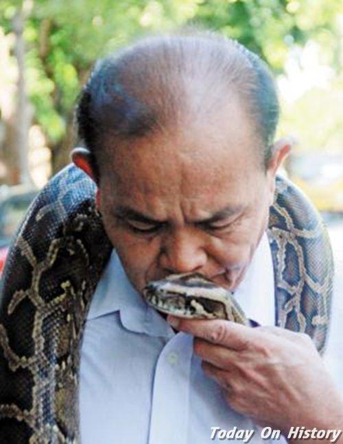 老人与蟒蛇同吃同住多年 每天带着它散步还有专门的冬眠卧室!